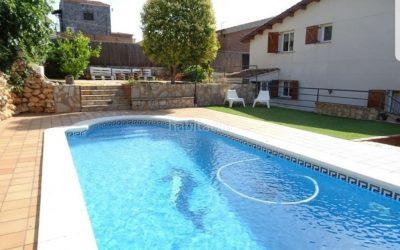 Casa de 271 m2 y parcela de 608 m2 con piscina y gran parking en Urbanización Castellnou